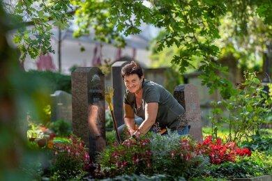 Hat mit einigen der Toten zu deren Lebzeiten die Bepflanzung besprochen: Friedhofsgärtnerin Liane Eyßer aus Dresden.