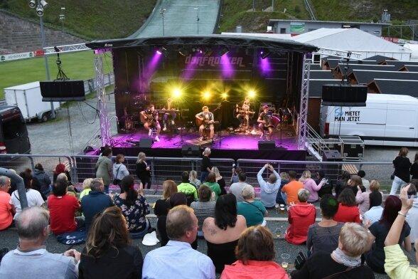 Mit zunehmender Dunkelheit kamen immer mehr Besucher in die Vogtland-Arena und lauschten den Dorfrockern.