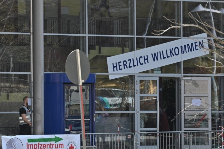 Im Impfzentrum in der Richard-Hartmann-Halle haben bisher mehr als 22.000 Chemnitzer schon die zweite Impfung gegen das Coronavirus erhalten. Doch in der Einrichtung können sich nicht nur Einheimische, sondern Frauen und Männer aus ganz Sachsen schützen lassen.