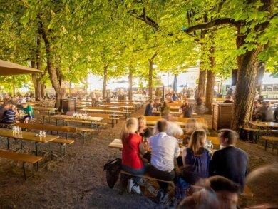 Besucher sitzen im Biergarten: Bayern überlegt auch Innen wieder zu öffnen.