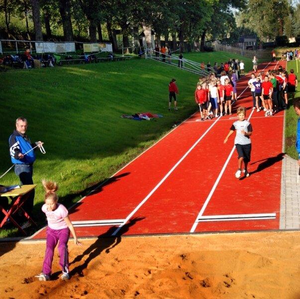 Mit den Bundesjugendspielen am Gymnasium Markneukirchen ist am Mittwoch die neue 100-Meter-Laufbahn im Sportplatz am Schwimmbad samt einer integrierten Weitsprunggrube eingeweiht worden.