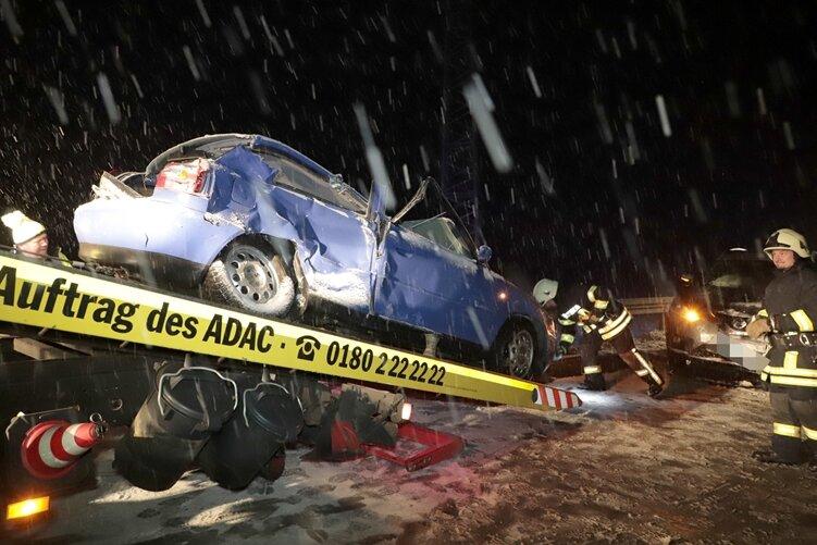 Kollision bei Schneetreiben: Fahrerin schwer verletzt