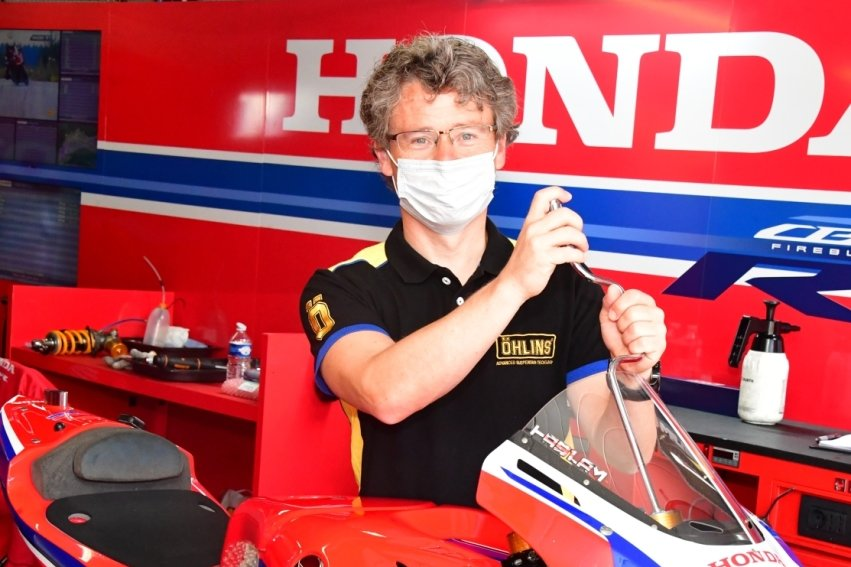 Steve Jenkner hat nach seiner aktiven Karriere als Motorrad-Rennfahrer die Seiten gewechselt. Er schraubt jetzt an den Maschinen der Grand-Prix-Stars. Dort ist er ein gefragten Mann in Sachen Fahrwerkseinstellung.