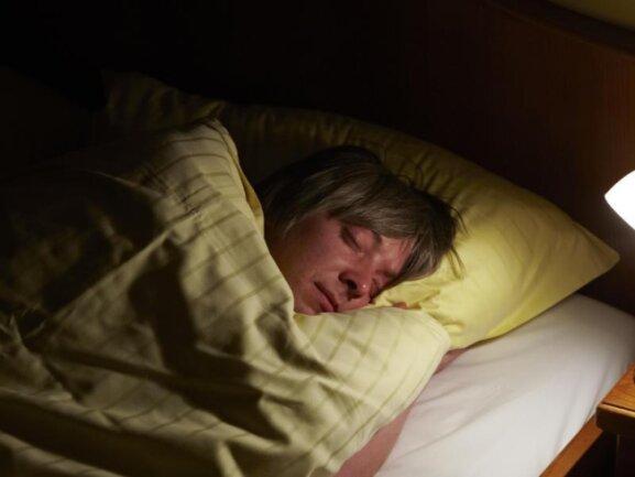 Ein junger Mann schläft.