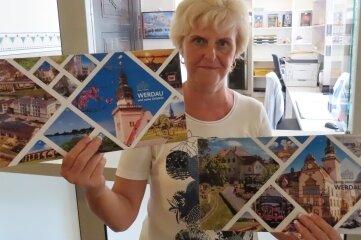 Ramona Rau von der Stadtinformation mit den neuen Karten.