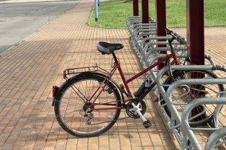 Positiv bewertet, weil überdacht und reichlich: Fahrradständer am Bahnhof in Oelsnitz.