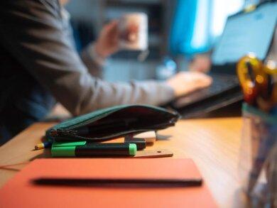 Eine Frau arbeitet im Home Office: Unternehmen sollen über eine neue Verordnung dazu angehalten werden, Beschäftigten in der Pandemie mehr Homeoffice anzubieten.