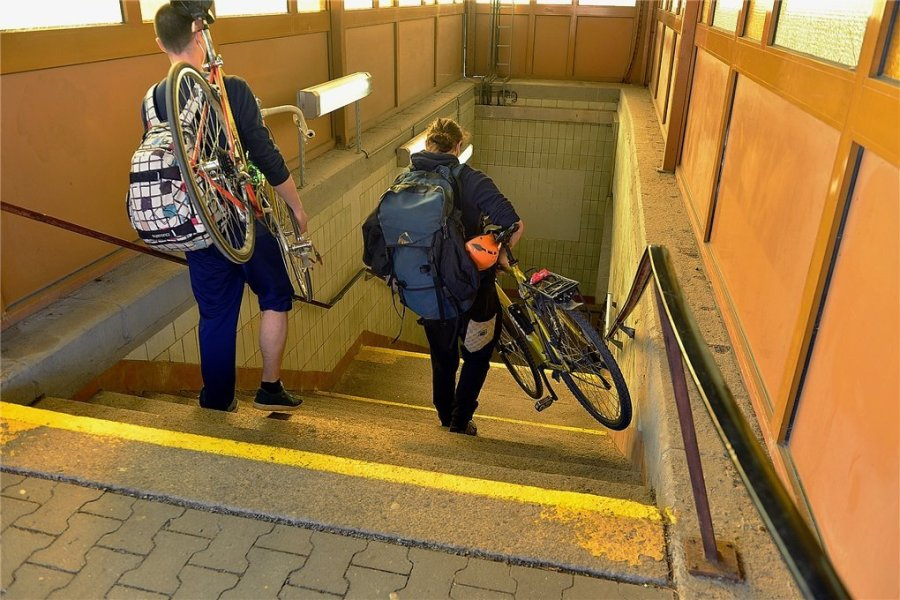 Für Radfahrer und Gehbehinderte seit langem eine Hürde: Auf den Bahnsteig von Gleis 2 und 3 geht es im Bahnhof in Mittweida nur über diese Treppeanlage. Das soll sich mit dem barrierefreien Ausbau im Jahr 2026 ändern.