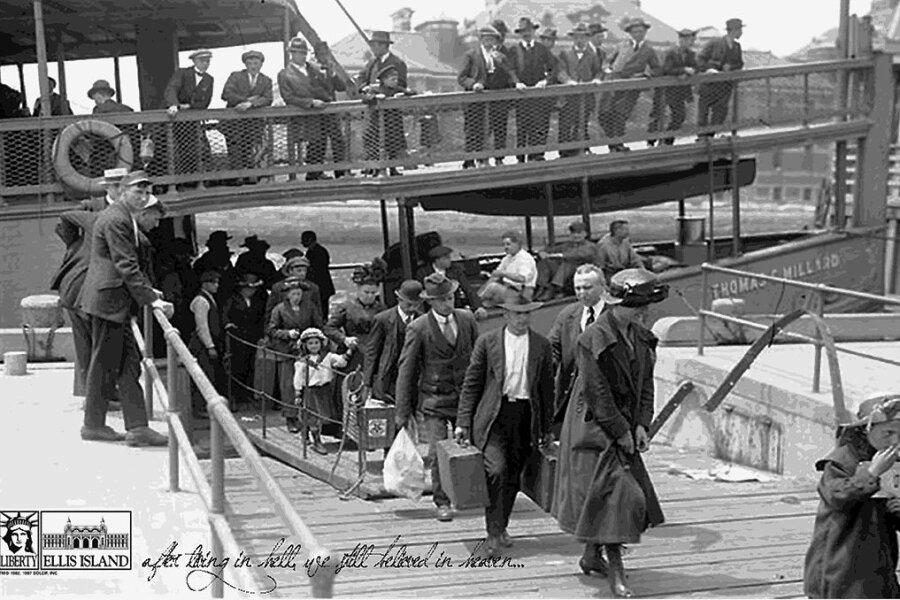 Ellis Island - Insel des amerikanischen Traums: Ankunft von Einwanderern auf der im Hudson River gelegenen Insel vor New York.