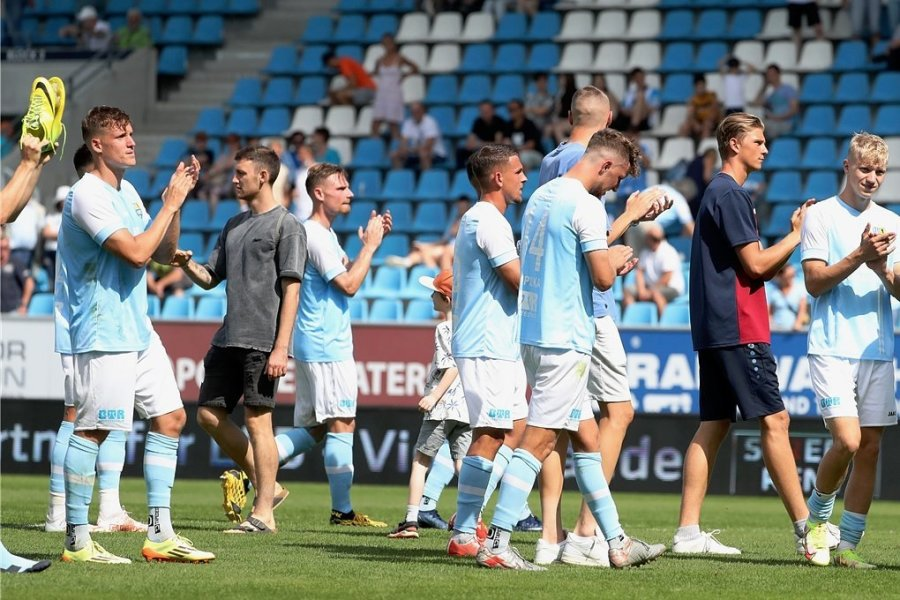 Die CFC-Spieler bedanken sich bei den Fans, die Enttäuschung ist ihnen anzumerken.