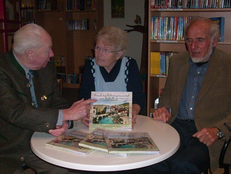 """<p class=""""artikelinhalt"""">Reinhart Heppner (links) und seine Frau Brigitte mit Verlagskaufmann Karl Zörner. Dass die Zusammenarbeit zwischen Autor und Verlag gut war, ist dem gedruckten Ergebnis unschwer zu entnehmen.</p>"""