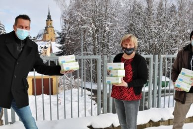 Marco Metzler vom Stadtmarketingverein, Claudia Stowasser, Inhaberin der Firma GPS Nothnagel und Fachberater Ralf Hunger (von rechts) haben Masken für sozial Schwache besorgt.