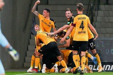 Irgendwo unter der schwarz-gelben Jubeltraube liegt Sebastian Mai, der Torschütze zum vorentscheidenden 2:0 für Dresden.