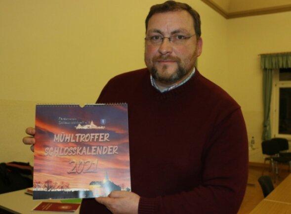 Mario Taubner-Wude mit dem Mühltroffer Schlosskalender 2021.