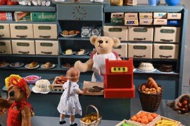 Teddybären beim Einkauf im Kaufmannsladen.