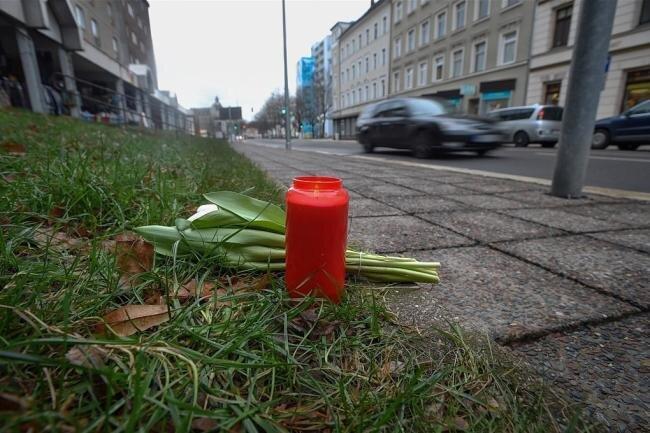 Eine Kerze und Blumen erinnerten an der Unfallstelle an den Tod einer 20 Jahre alten Frau. Sie war beim Versuch, die Georgstraße zu überqueren, überfahren worden.