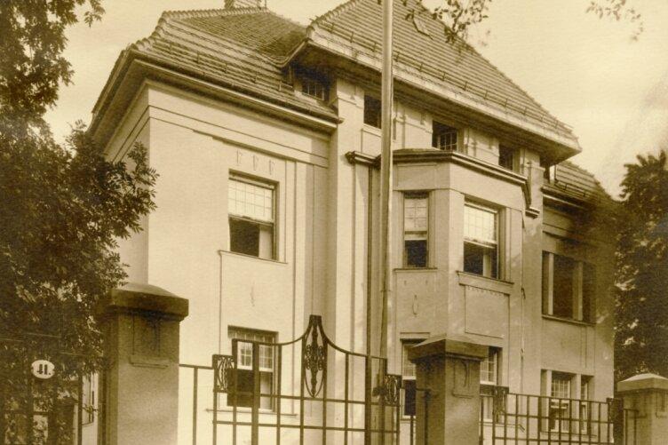 In dieser Villa lebte Arthur Weiner mit seiner Familie. Sie stand auf dem Kapellenberg, im Kreuzungsbereich Stollberger -/Parkstraße, schräg gegenüber der heutigen Neuen Synagoge.