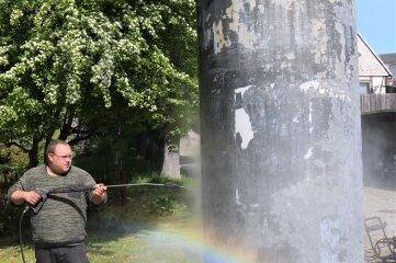 Benjamin Weigel reinigt die Säule am Teichplan.