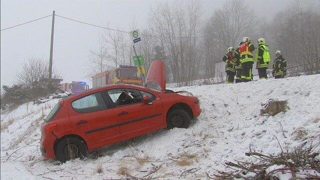 Eine 24-Jährige kam auf der B95 bei Bärenstein mit ihrem Auto von der Fahrbahn ab und rutschte einen Hang hinab.