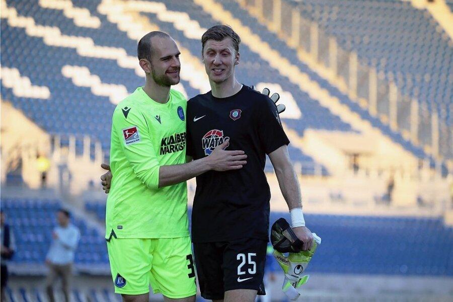 Die Torhüter Marius Gersbeck (KSC/links) und Philipp Klewin (Aue) beglückwünschen sich nach dem Spiel zu einer jeweils starken Leistung