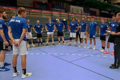 Trainer Kirsten Weber (re.) richtet zum Trainingsauftakt ein paar Worte an das Team des EVH. Auch Stephan Swat soll zurückkommen.