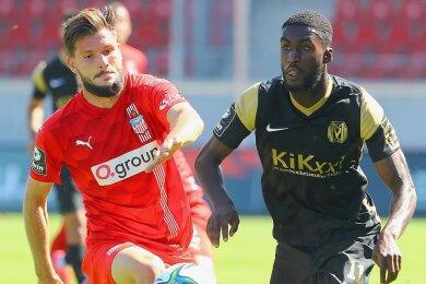 Marco Schikora (l.), Torschütze zum 1:0 für den FSV, im Duell mit Morgan Faßbender.