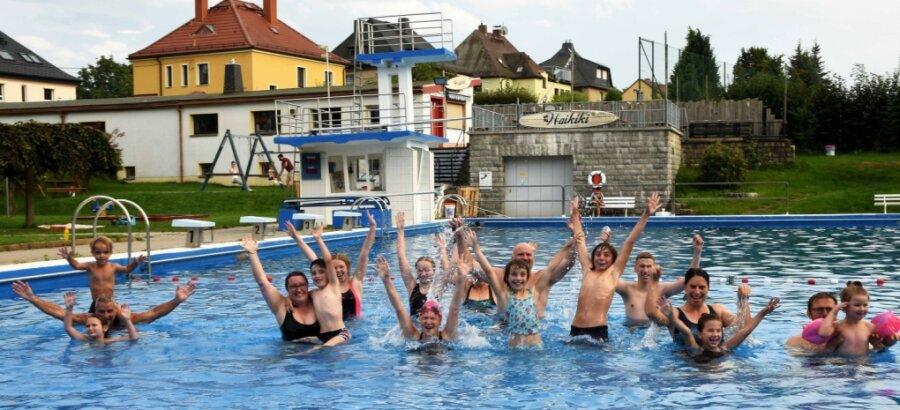 Stimmungsvoller Abschluss der Saison im Freien: Am traditionellen Abschwimmen der SSV Blau-Weiß Gersdorf haben sich diesmal rund 70 Vereinsmitglieder beteiligt. Sie sorgten im Sommerbad Gersdorf für Jubel, Trubel, Heiterkeit.
