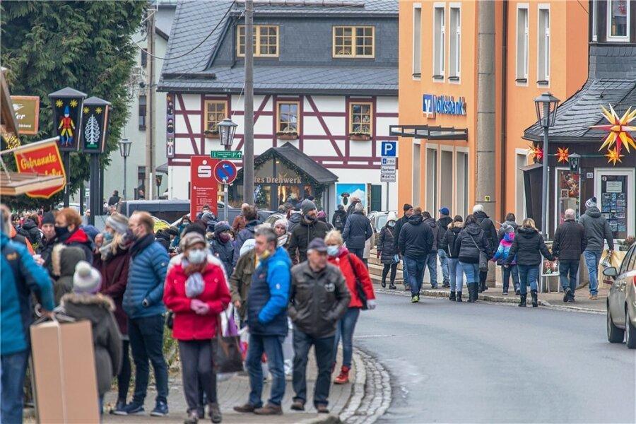 Erfolgreicher Pandemieschutz ist auch eine Frage der Disziplin: In Seiffen drängten sich am ersten Adventswochenende die Besucher auf den Straßen und in den Volkskunstgeschäften. Der Mindestabstand wurde oft nicht eingehalten.