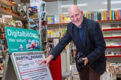Frank Martin hat es geschafft: Der Inhaber des Geschäfts Foto-Martin in Aue darf trotz des Lockdowns seinen Laden öffnen und seine Dienstleistungen anbieten.