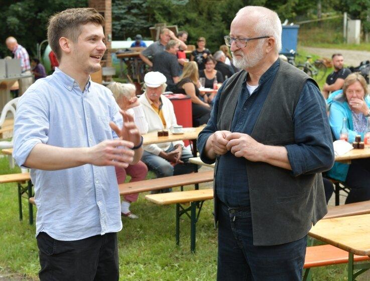 SPD-Direktkandidat Alexander Geißler (l.) spricht mit Rainer Faulhaber, dem Vorsitzenden des Vereins hinter der Wegefarther Mühle.