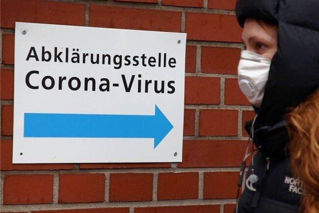 Arbeitgeber dürfen keine Tests auf das Coronavirus bei ihren Mitarbeitern anordnen. Sie dürfen aber, wenn jemand Symptome zeigt, die auf eine Ansteckung hindeuten, Betroffene zum Arzt schicken, um das klären zu lassen.