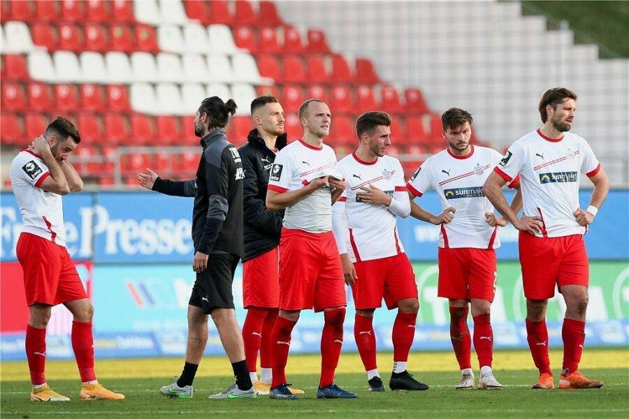 Enttäuschung pur nach dem Abpfiff: Zwickaus Spieler um Ronny König (rechts) nach der vierten Heimniederlage in Folge.
