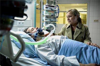 """Guter Geist: Silke """"Alberich"""" Haller (Christine Urspruch) bei ihrem Chef Prof. Boerne (Jan Josef Liefers) auf der Intensivstation. Kommt er durch?"""