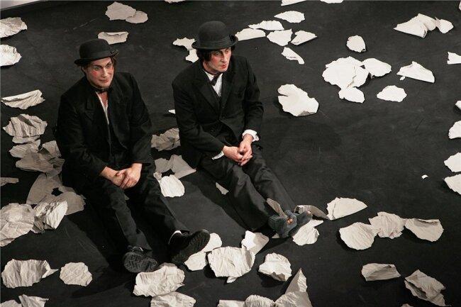 """""""Warten auf Godot"""" - ein Stück wie für die Pandemie gemacht. Im Bild Andreas Kuznick als Wladimir und Andreas Pannach als Estragon in einer Aufführung des Mittelsächsischen Theaters im Jahre 2006."""