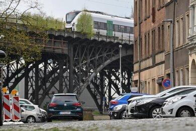 Die Apollostraße mit dem Haus Nr. 3 (rechts in der Mitte). Im Hintergrund ist das Eisenbahnviadukt an der Annaberger Straße zu sehen.