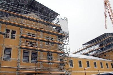 Mittelrisalit und westlicher Kopfbau des Freiberger Bahnhofsgebäudes sind eingerüstet, um Sicherungsmaßnahmen durchführen zu können.