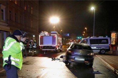 Die junge Frau geriet unter einen Mazda, nachdem sie von einem anderen Auto umgefahren worden war.
