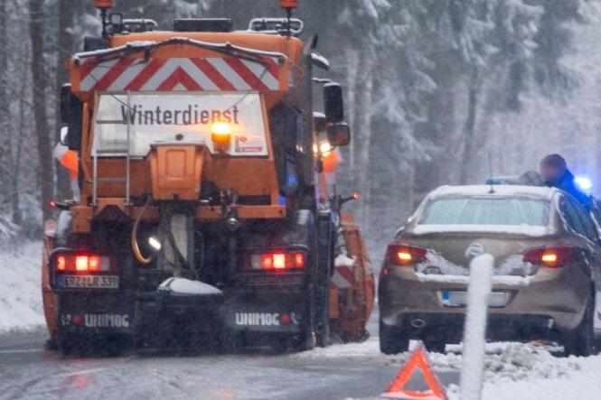 Von 20 Grad Celsius auf Winter: Schnee und Glätte behindern Straßenverkehr
