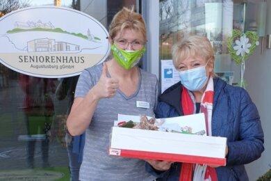 Caroline Kempe und Patricia Smolka (von links) am Pflegeheim in Augustusburg.