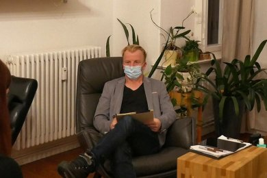 Psychotherapeutische Sprechstunden, wie hier bei Sven Quilitzsch aus Zwickau, gibt es trotz Corona, wenn auch mit Sicherheitskonzept.