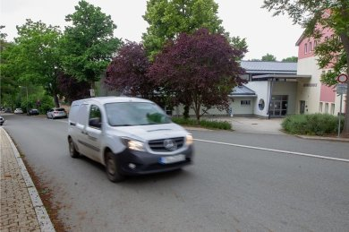 An der Jocketaer Grundschule fahren häufig Fahrzeuge vorbei, die schneller als mit den erlaubten 30 km/h unterwegs sind. Die Gemeinde denkt deshalb über den Kauf eines stationären Blitzers nach.