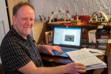 An seinem Schreibtisch hat Detlef Strehlow seine jahrzehntelang zusammengetragenen historischen Fakten zu einer Ortschronik zusammengefasst.