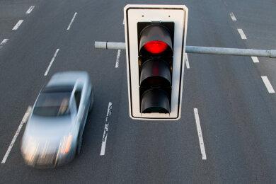 Ein Autofahrer ist in Plauen bei Rot gefahren (Symbolbild) und dann vor der Polizei geflüchtet.
