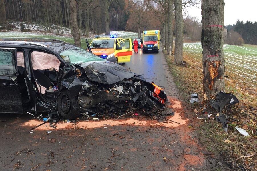 Ein Beifahrer wurde bei einem Unfall auf der S 235 zwischen Grünhainichen und Waldkirchen schwer verletzt.