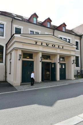 """Der Haupteingang des Ball- und Konzerthauses """"Tivoli"""" in Freiberg."""