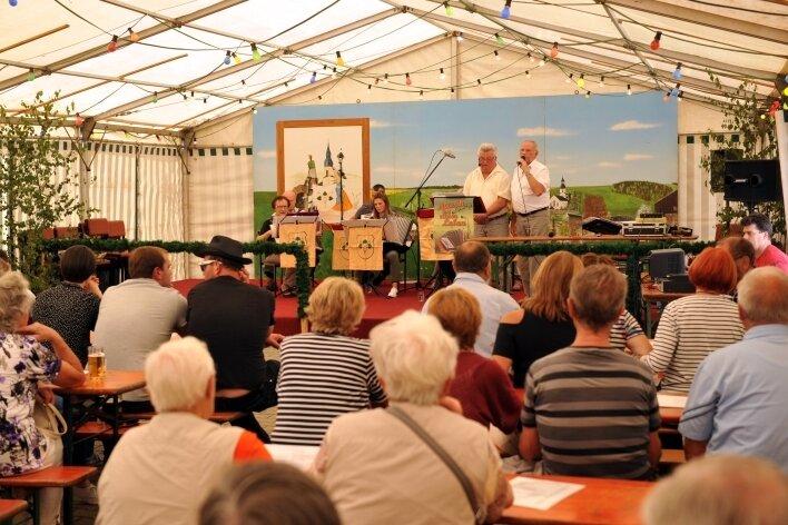 Beim 568. Jahrmarkt in Clausnitz sorgte die Akkordeongruppe des Ortes unter Leitung von Karin Leitzke für Unterhaltung.
