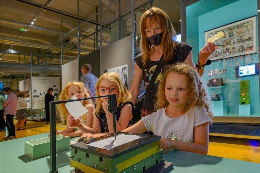 """Da gab es noch Industrie zum Anfassen: Malu, Mali und Mara nutzten mit ihrer Mutter Maud Frenzel die interaktiven Angebote der """"Boom""""-Zentralausstellung im Audi-Bau Zwickau."""