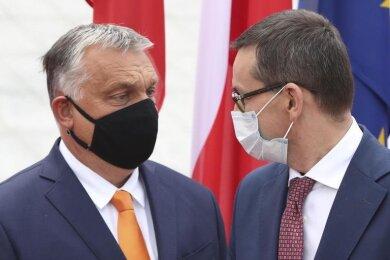 Polens Ministerpräsident Mateusz Morawiecki (r) und sein ungarischer Amtskollege Viktor Orban.