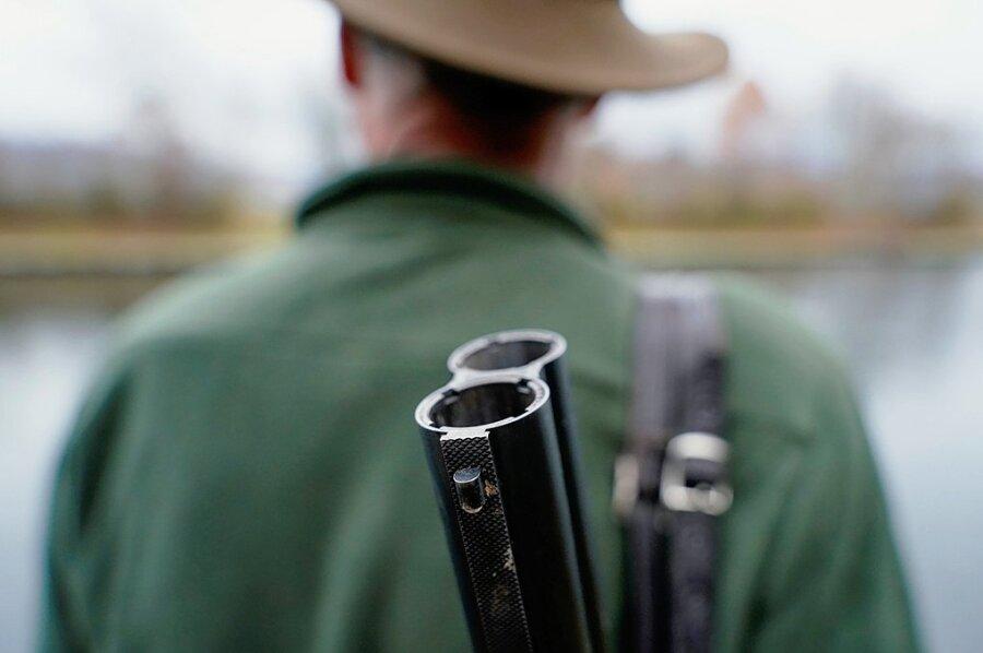 Ein Jäger steht mit seinem Gewehr in seinem Jagdrevier. Bundesweit wie auch im Vogtlandkreis steigt die Anzahl der Personen, die einen Jagdschein haben.