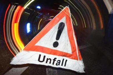 Ein Pkw ist im Burkhardtsdorfer Ortsteil Kemtau über einen Kilometer weit gerollt und hat dabei Bahngleise beschädigt.